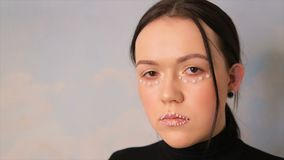 Porträt eines Mädchens mit Make-up Das Gesicht eines Modells verziert mit Bällen stock video