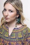Porträt eines Mädchens mit Ohrringen stockfotos