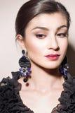 Porträt eines Mädchens mit Ohrringen stockbilder