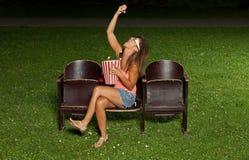 Porträt eines Mädchens mit Popcorn Lizenzfreie Stockfotos