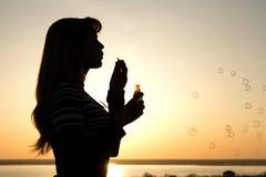 Porträt eines Mädchens mit Seifenblasen stockbilder