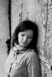 Porträt eines Mädchens nahe der deprimierten Melancholie der alten Türtraurigkeit stockfoto