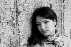 Porträt eines Mädchens nahe der deprimierten Melancholie der alten Türtraurigkeit stockfotografie