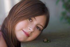 Porträt eines Mädchens und der Schnecke stockbild