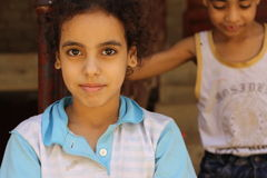 Porträt eines Mädchens und des Jungen in der Straße in Giseh, Ägypten stockfotos