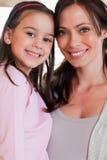 Porträt eines Mädchens und ihrer Mutteraufstellung Lizenzfreies Stockfoto