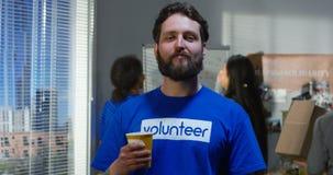 Porträt eines männlichen Freiwilligen stock footage