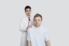 Porträt eines männlichen Patienten, der von einem indischen Doktor behandelt wird Stockbild