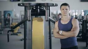 Porträt eines männlichen Trainers in der Turnhalle Abschluss oben stock footage