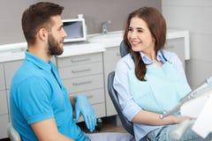 Porträt eines männlichen Zahnarztes und des jungen glücklichen weiblichen Patienten stockbild