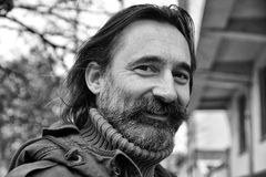 Porträt eines Mannes, Abschluss, Blick über seiner Schulter mit einem Lächeln Lizenzfreie Stockfotografie