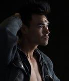 Porträt eines Mannes auf Schwarzem Lizenzfreies Stockfoto