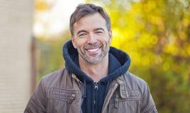 Porträt eines Mannes, der an der Kamera lächelt Stockfotos