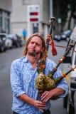 Porträt eines Mannes, der Dudelsäcke in der Straße spielt stockfotografie