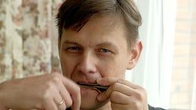 Porträt eines Mannes, der eine Harfe spielt stock video footage