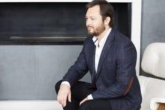Porträt eines Mannes, der in einem Stuhl sitzt lizenzfreies stockfoto
