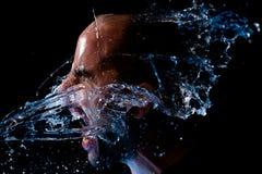 Porträt eines Mannes, der geworfenes Wasser im Gesicht ist Lizenzfreie Stockfotos