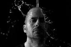 Porträt eines Mannes, der geworfenes Wasser im Gesicht ist Stockbild