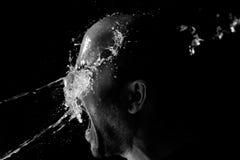Porträt eines Mannes, der geworfenes Wasser im Gesicht ist Stockfotografie