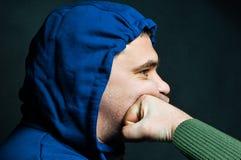 Porträt eines Mannes, der im Gesicht entsetzt wird lizenzfreie stockfotografie