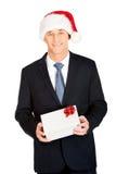Porträt eines Mannes, der Sankt-Hut hält Geschenk trägt Stockbild