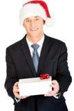 Porträt eines Mannes, der Sankt-Hut hält Geschenk trägt Lizenzfreies Stockfoto