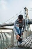 Porträt eines Mannes, der seine Stiefel vor NYC-` s Williamsb säubert Lizenzfreies Stockfoto