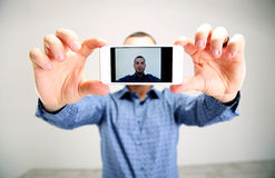 Porträt eines Mannes, der selfie nimmt Lizenzfreie Stockfotos