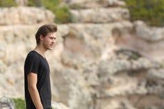 Porträt eines Mannes, der weg im Berg erforscht und schaut Stockfotografie