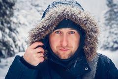 Porträt eines Mannes in der Winterkleidung lizenzfreies stockbild