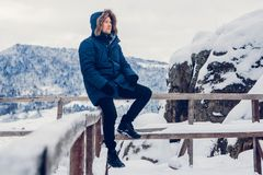 Porträt eines Mannes in der Winterkleidung stockbild