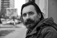 Porträt eines Mannes - ein flüchtiger Blick über der Schulter Lizenzfreies Stockbild