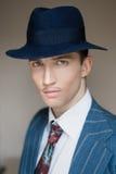 Porträt eines Mannes im Anzug und im Hut Stockfotos