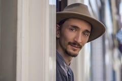 Porträt eines Mannes im Hut draußen Stockfotos