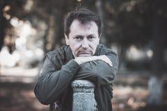 Porträt eines Mannes im Park Lizenzfreie Stockfotografie