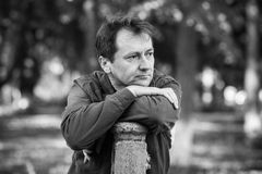 Porträt eines Mannes im Park Stockfotografie
