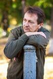 Porträt eines Mannes im Park Lizenzfreies Stockbild