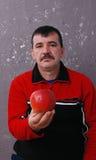 Porträt eines Mannes mit Apfel Stockbild