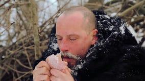 Porträt eines Mannes mit einem Bart rohes Fleisch verschlingend stock video