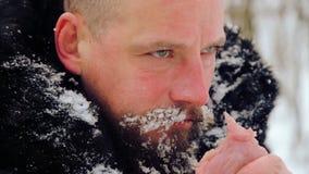 Porträt eines Mannes mit einem Bart rohes Fleisch verschlingend stock video footage