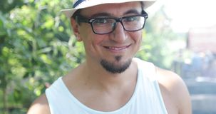 Porträt eines Mannes mit einem Bart und dem Tragen eines Hutes in der Natur stock footage