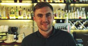 Porträt eines Mannes mit einem Bart vor dem hintergrund einer Stange stock footage