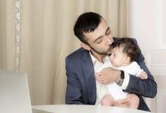 Porträt eines Mannes mit einem Kind lizenzfreies stockfoto