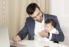 Porträt eines Mannes mit einem Kind lizenzfreie stockfotos