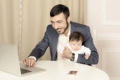 Porträt eines Mannes mit einem Kind lizenzfreie stockfotografie
