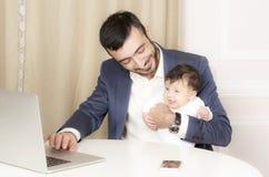 Porträt eines Mannes mit einem Kind stockbild