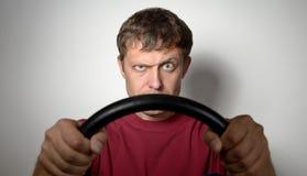 Porträt eines Mannes mit einem Lenkrad Stockbilder
