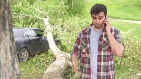 Porträt eines Mannes mit einem Telefon, die Konsequenzen einer Naturkatastrophe stock video footage