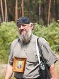 Porträt eines Mannes mit einer Ikone Stockfotografie