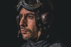 Porträt eines Mannes mit Fliegersturzhelm und der Schutzbrillen, die weg zum Abstand schauen lizenzfreie stockfotografie